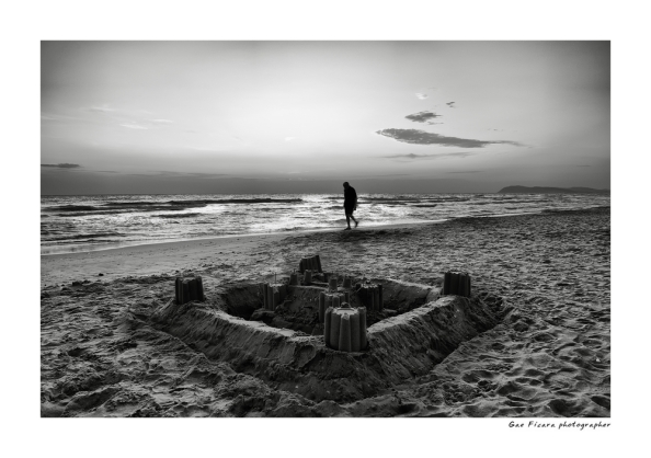 luomo-e-il-castellodi-sabbia-9159a062-b7e6-4b62-b87e-7734b3e77bdf